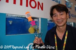 Raymond Lee avec son poisson